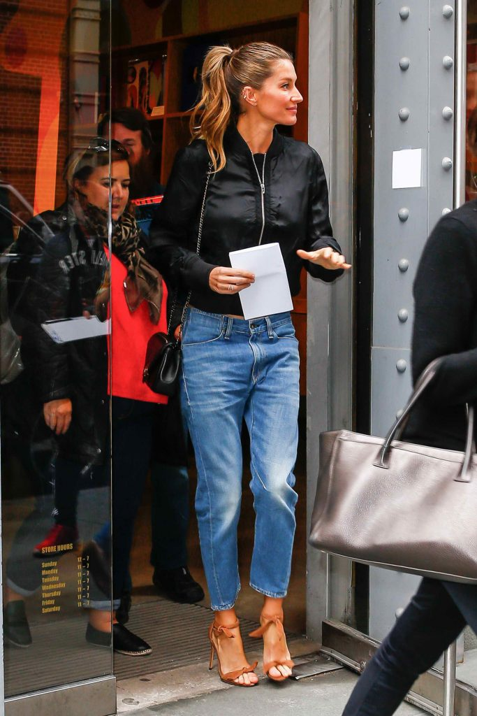 Gisele Bundchen Leaves Taschen Store in New York-3