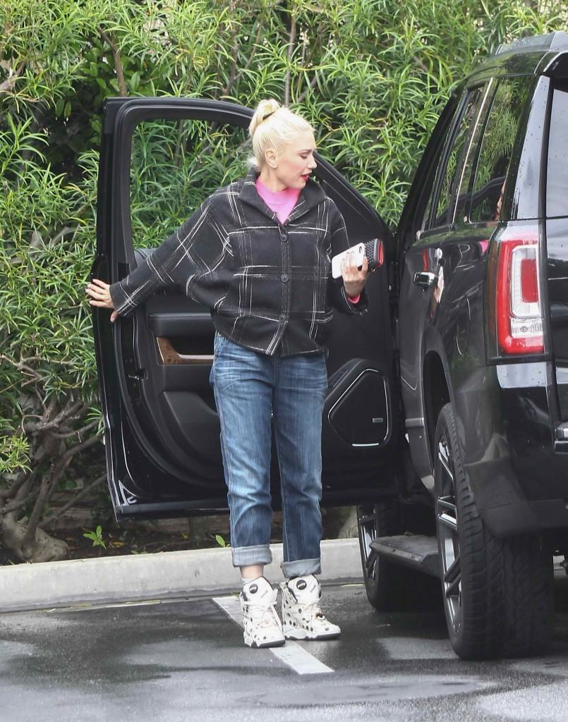 Gwen Stefani Shops in Los Angeles-1