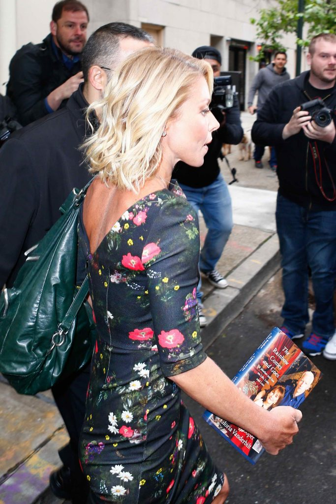 Kelly Ripa Arrives at the Live! With Michael and Kelly in NYC-5