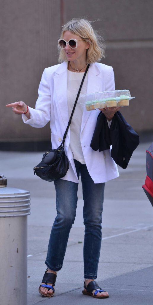 Naomi Watts Carries Cupcakes in New York-1