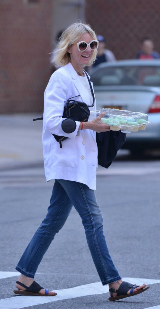 Naomi Watts Carries Cupcakes in New York-2