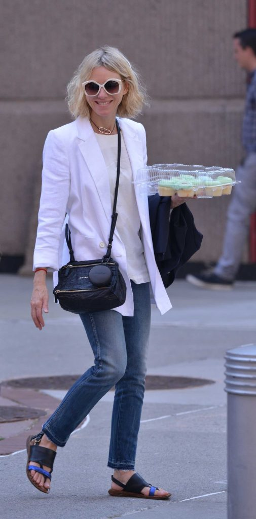 Naomi Watts Carries Cupcakes in New York-4