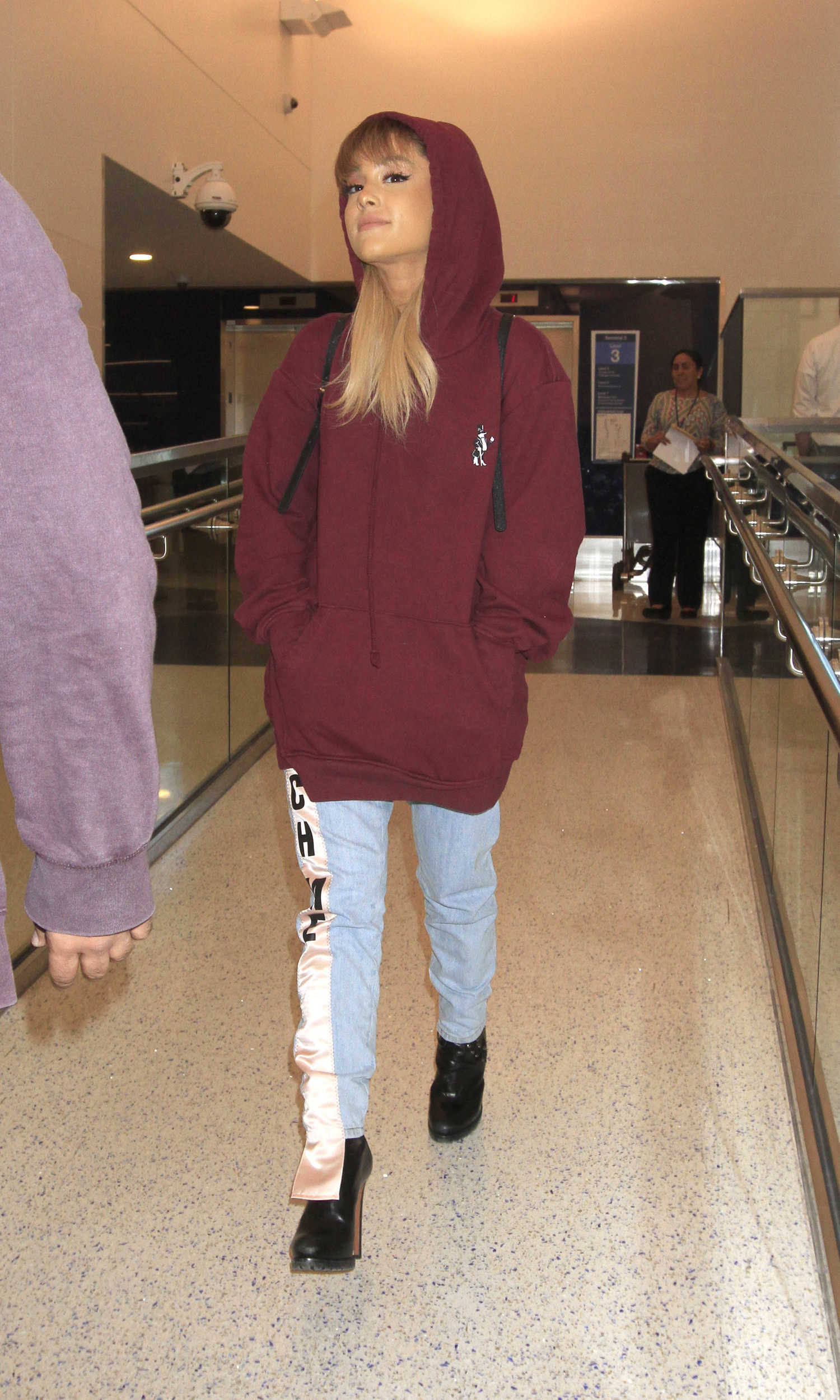 Ariana Grande Was Seen In Lax Airport With An Oversized