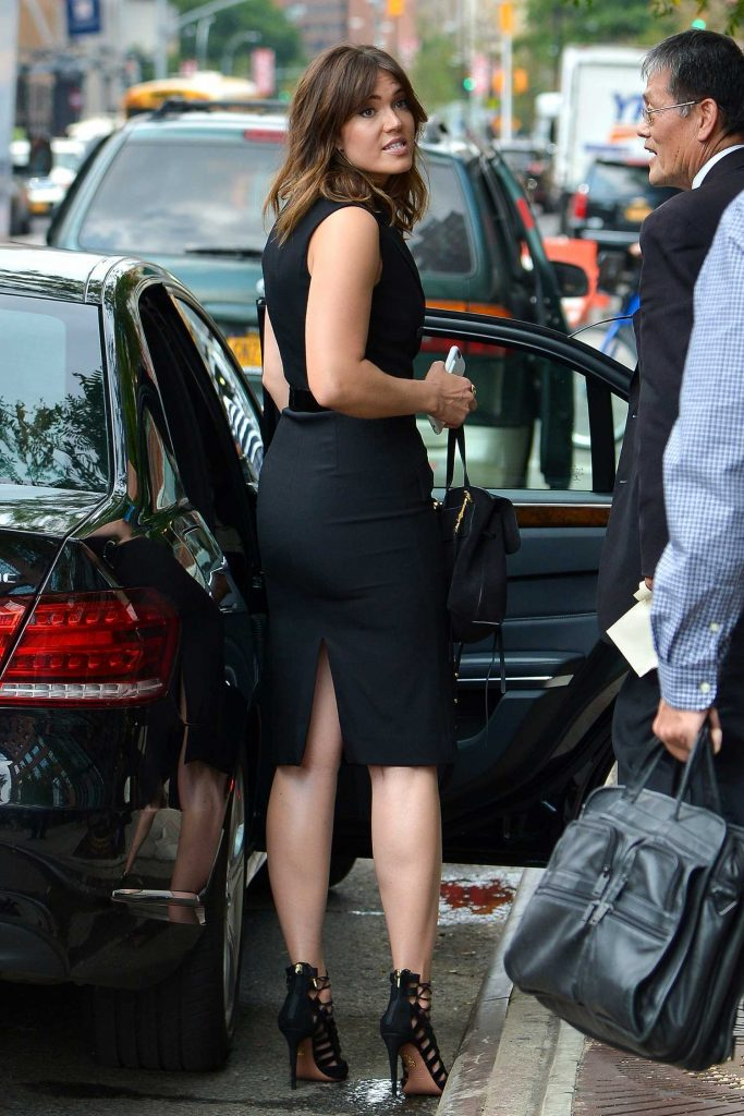 Mandy Moore Hops Into Her Car in New York-2
