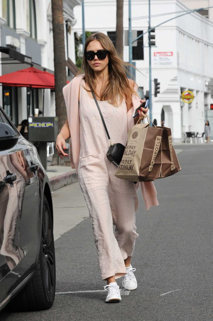 Jessica Alba Goes Shopping in Beverly Hills-3