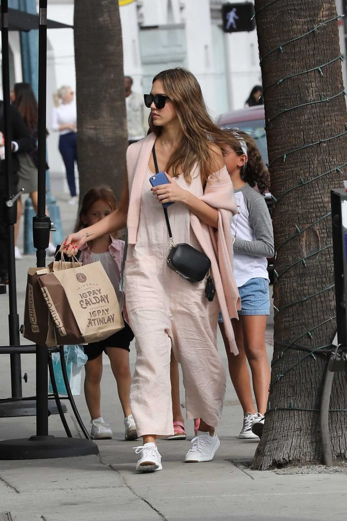 Jessica Alba Goes Shopping in Beverly Hills-4