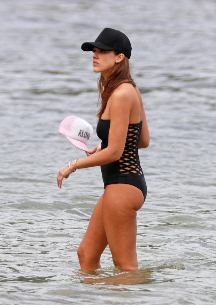 Jessica Alba in a Black Swimsuit on Vacation in Hawaii-2