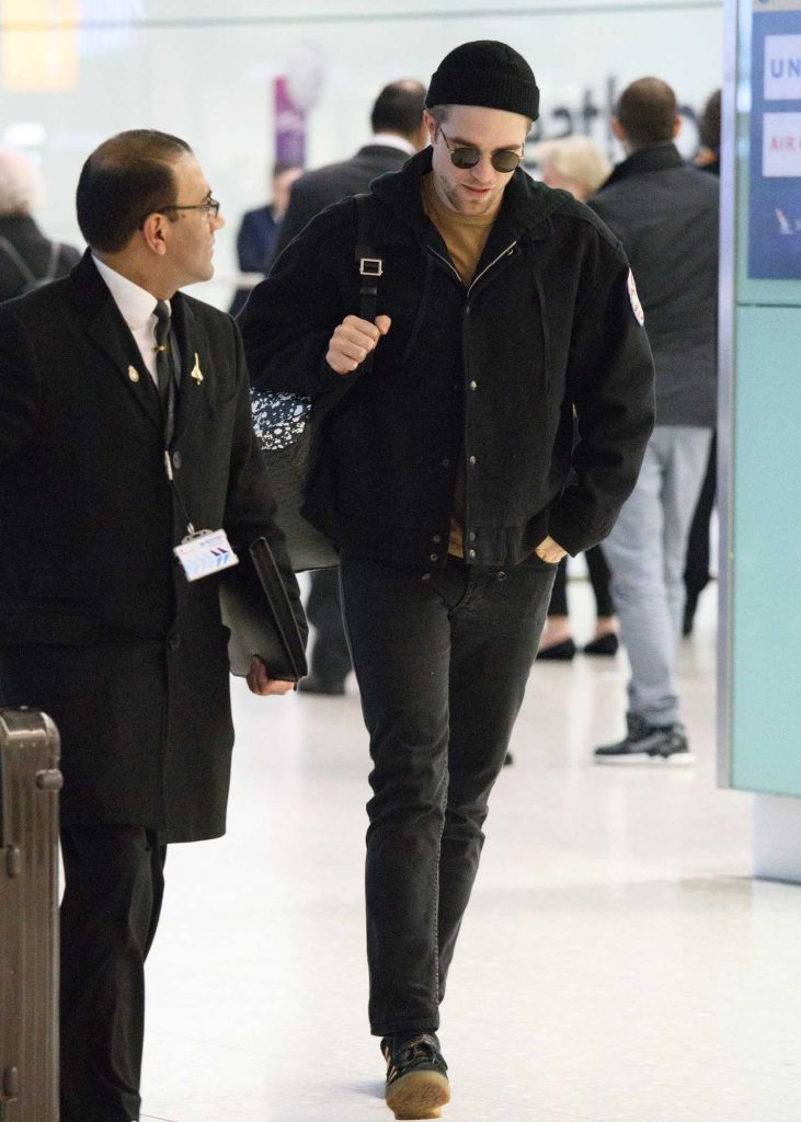 Robert Pattinson Arrives at Heathrow Airport in London-2