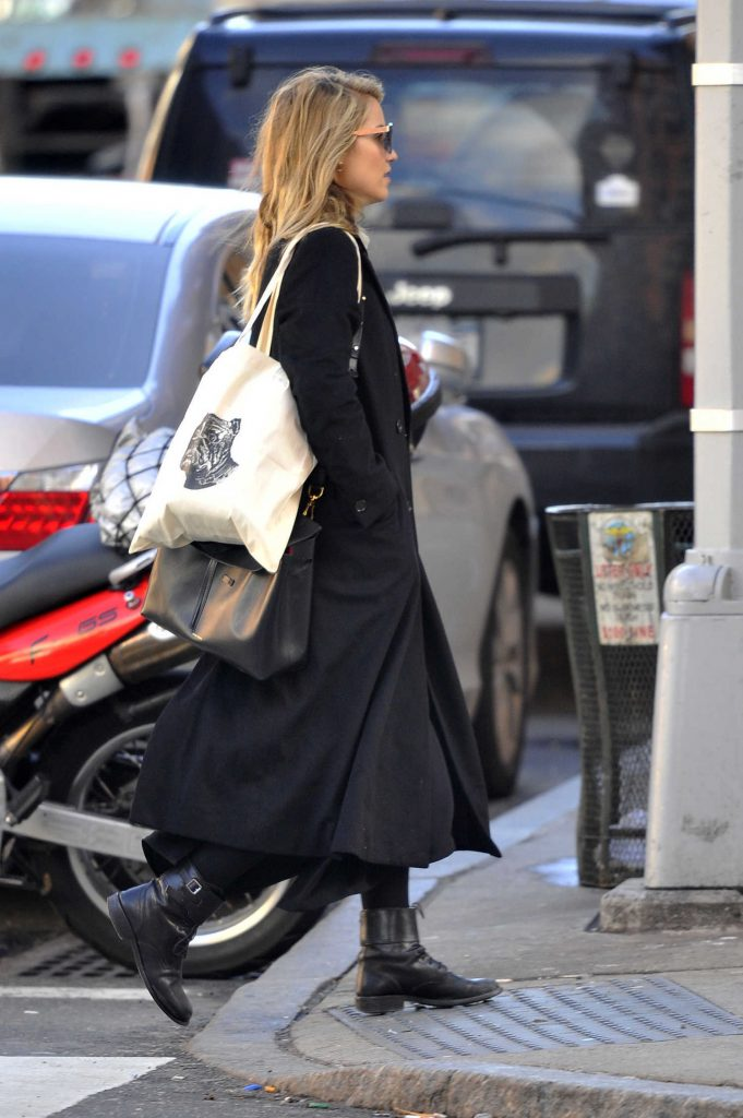 Dianna Agron Was Seen in a Black Trench Coat in New York City-4