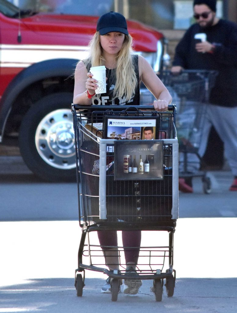 Hilary Duff Stops by a Grocery Store in Studio City-2