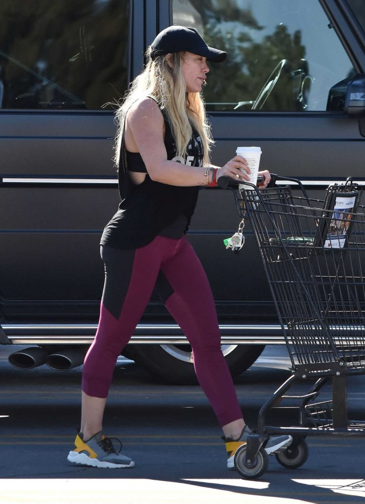 Hilary Duff Stops by a Grocery Store in Studio City-5