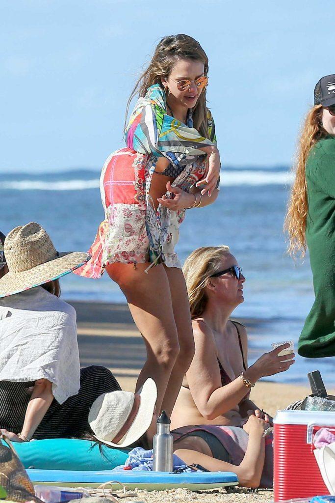 Jessica Alba at the Beach in Kauaʻi, Hawaii-4