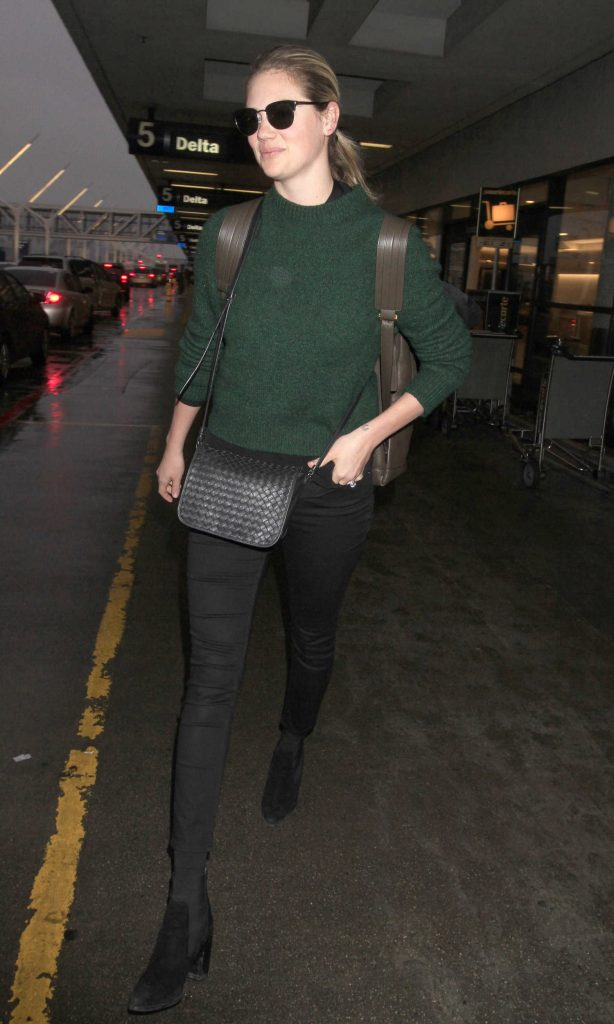 Kate Upton Arrives at LAX Airport in Los Angeles-1