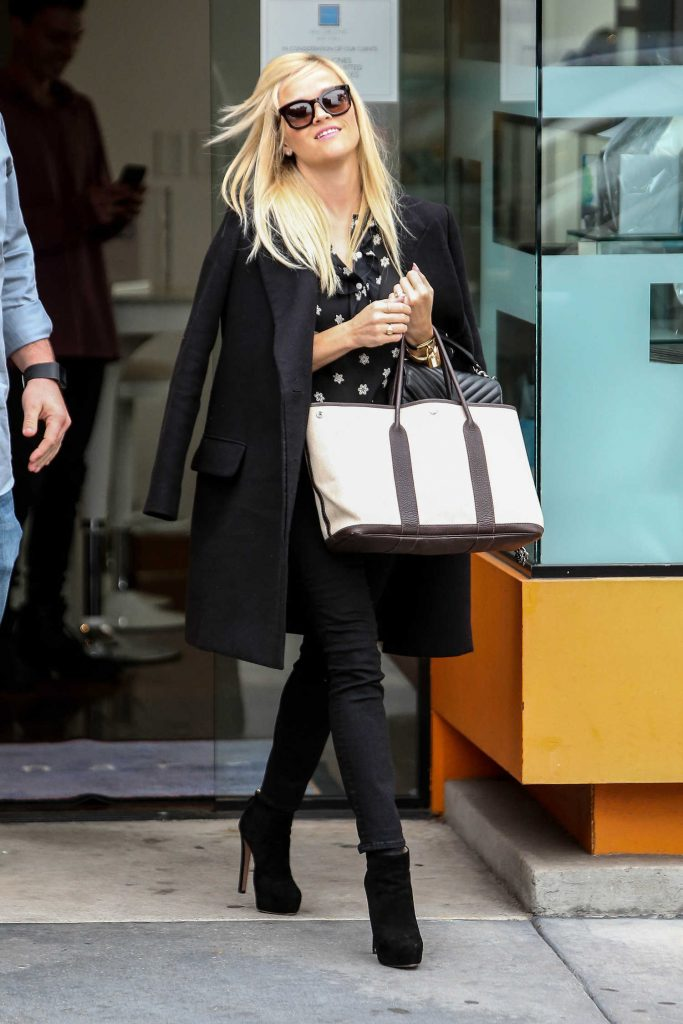 Reese Witherspoon Goes Shopping in Beverly Hills-1