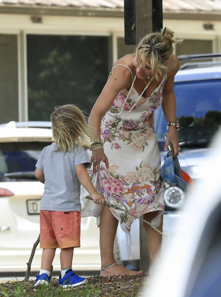Elsa Pataky Was Seen Out in Byron Bay, Australia-3
