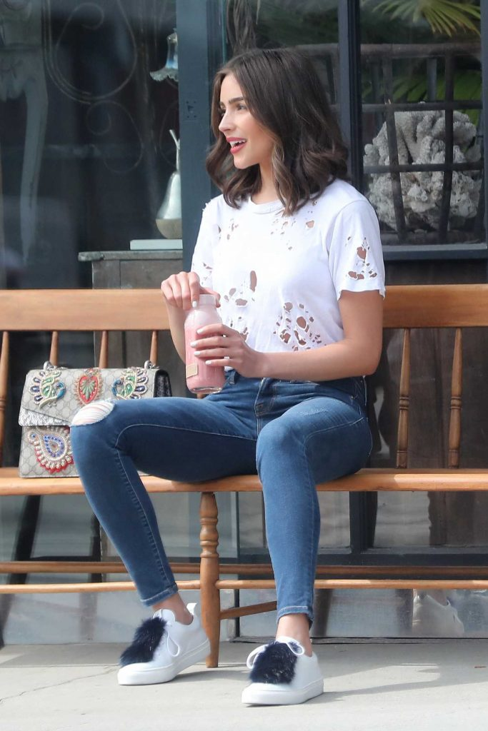 Olivia Culpo Grabs a Juice in Brentwood-1