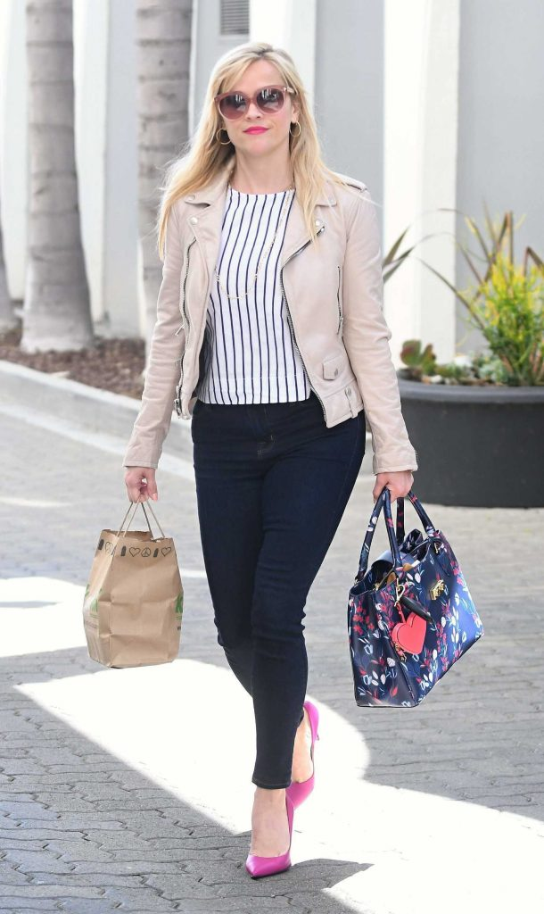 Reese Witherspoon Goes Shopping Out in Brentwood-2