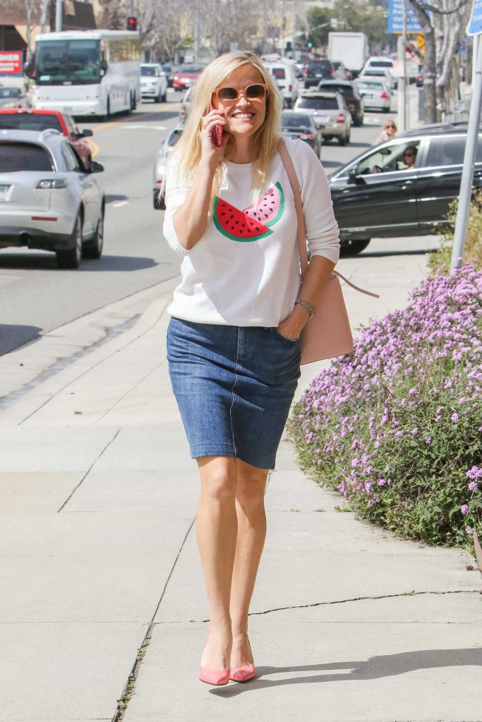 Reese Witherspoon Was Spotted Out in Brentwood-1