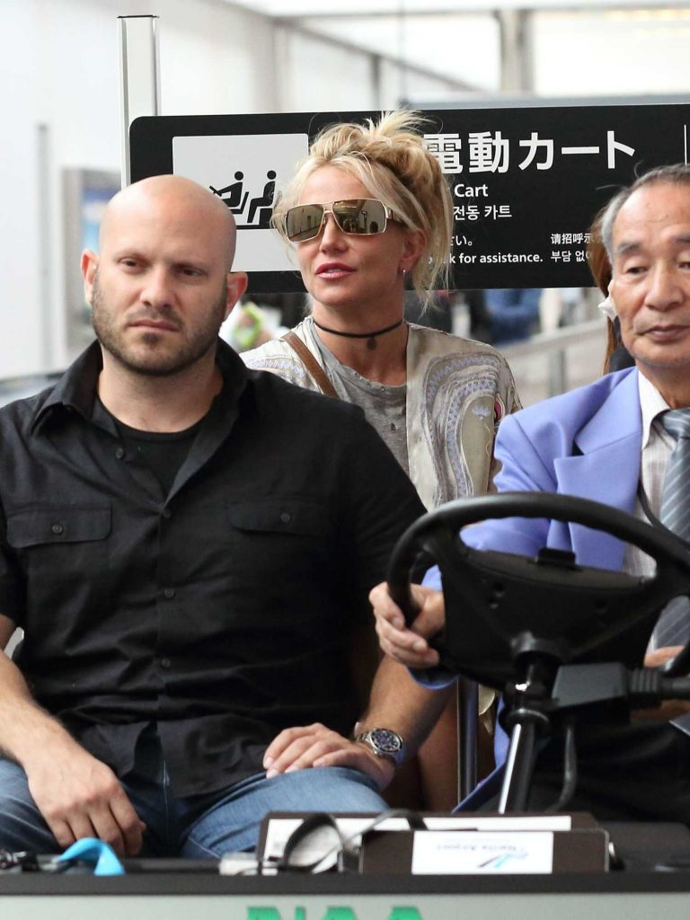 Britney Spears Arrives at Narita International Airport-5