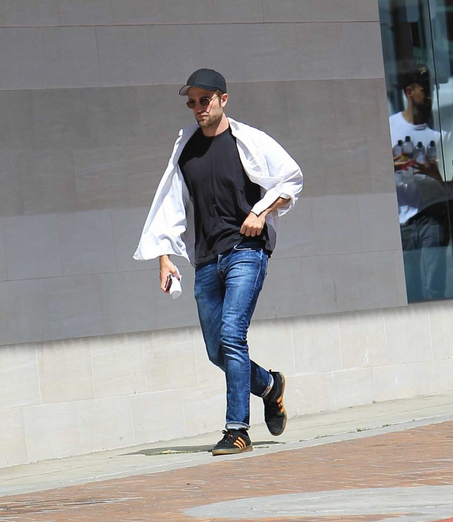 Robert Pattinson Was Seen Out in Beverly Hills-5
