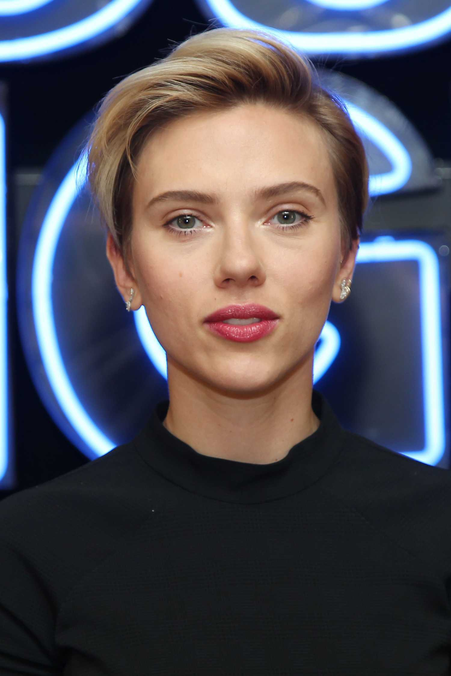 Scarlett Johansson At The Rough Night Photo Call Celeb Donut