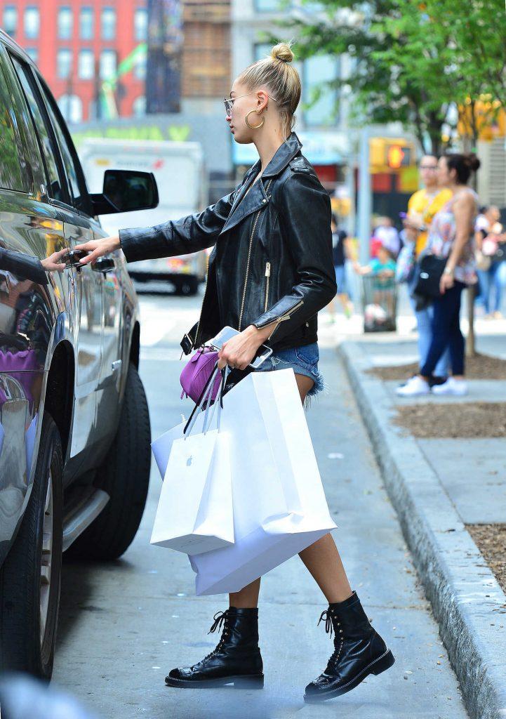 Hailey Baldwin Goes Shopping in SoHo, NY-5