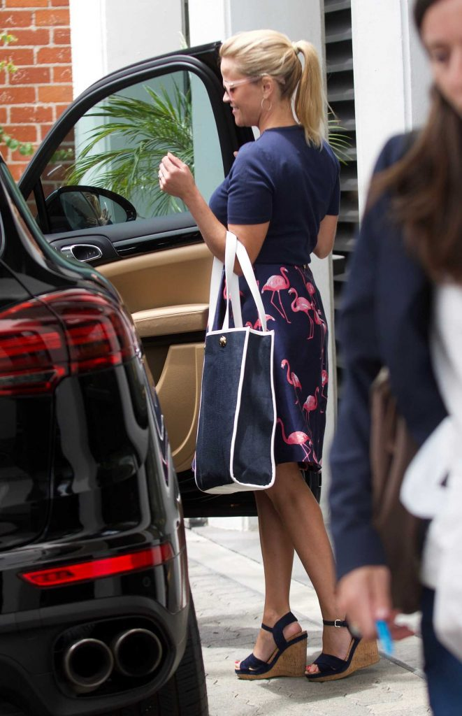 Reese Witherspoon Was Seen Outside Her Office in Beverly Hills-3