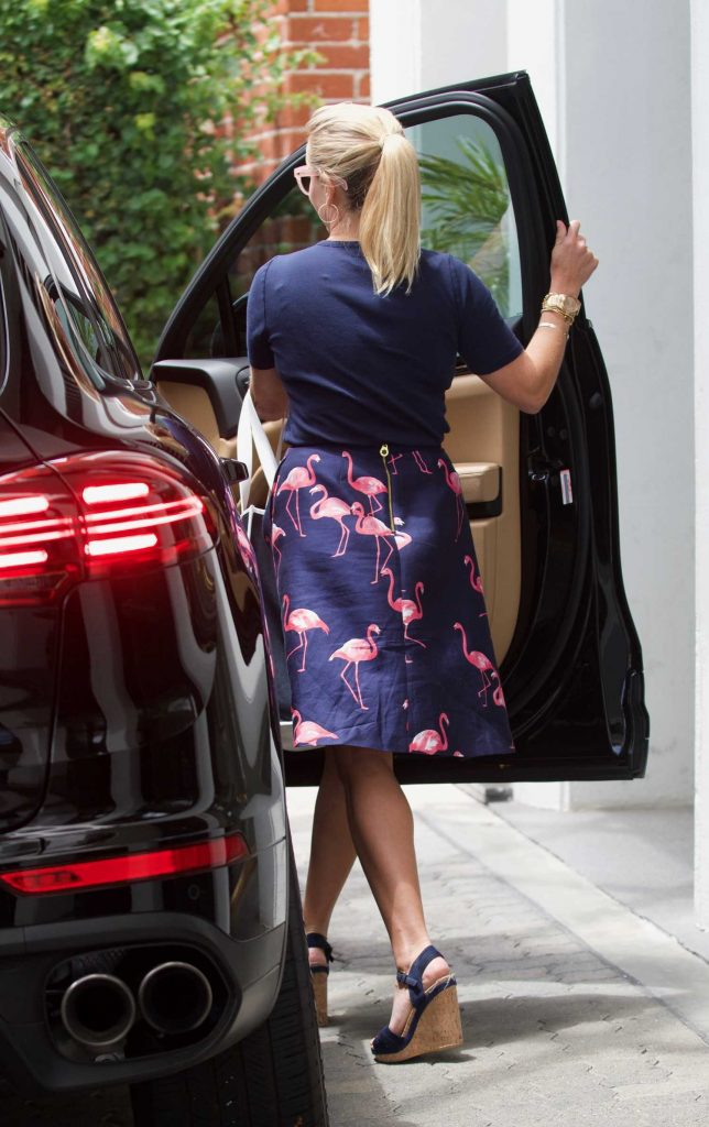 Reese Witherspoon Was Seen Outside Her Office in Beverly Hills-4