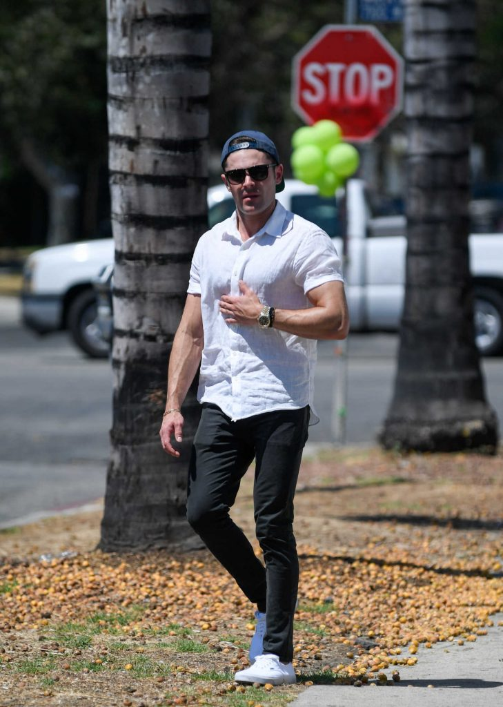 Zac Efron Returns to His Car After a Lunch in Los Angeles-1