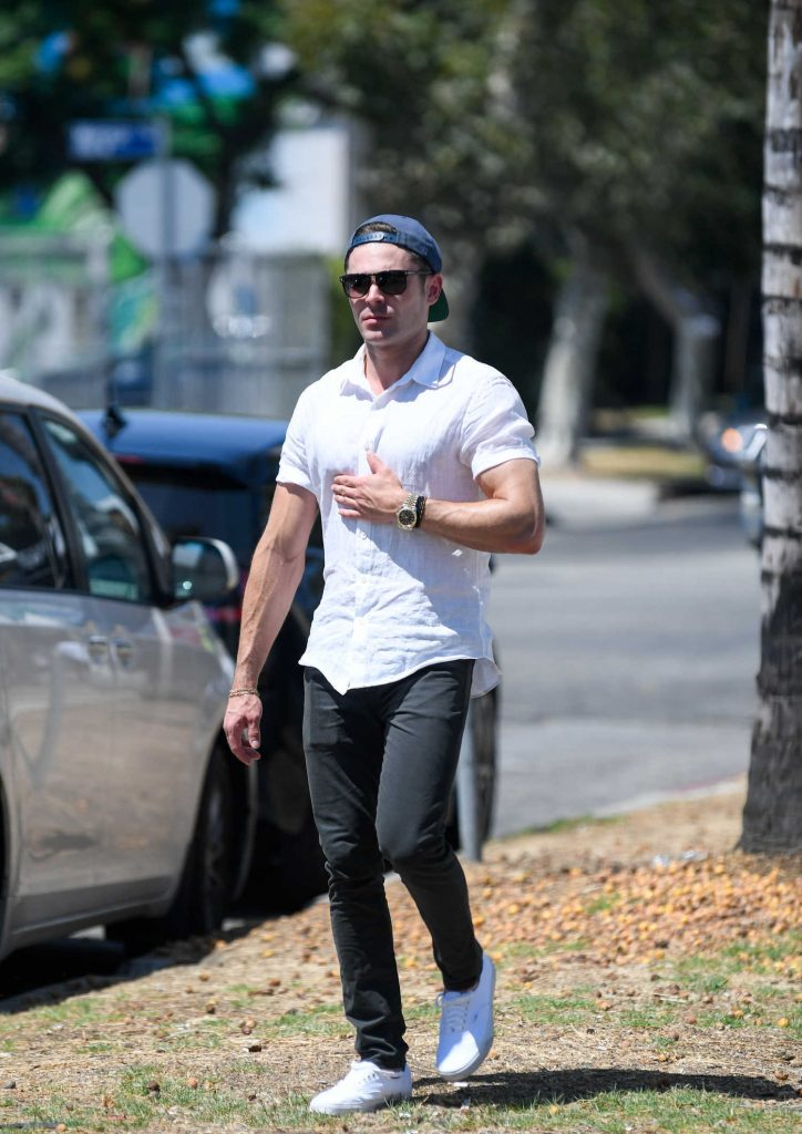 Zac Efron Returns to His Car After a Lunch in Los Angeles-2