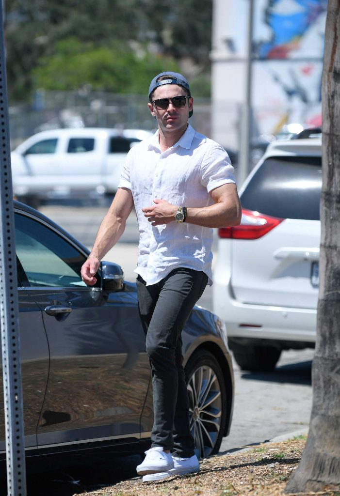 Zac Efron Returns to His Car After a Lunch in Los Angeles-3