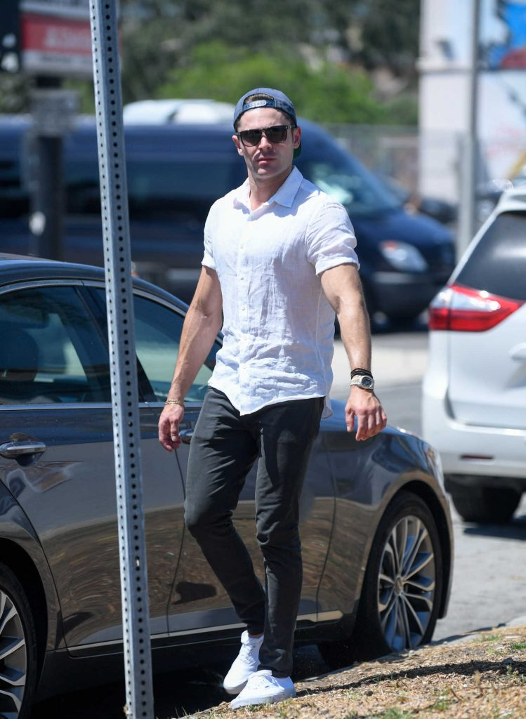 Zac Efron Returns to His Car After a Lunch in Los Angeles-4