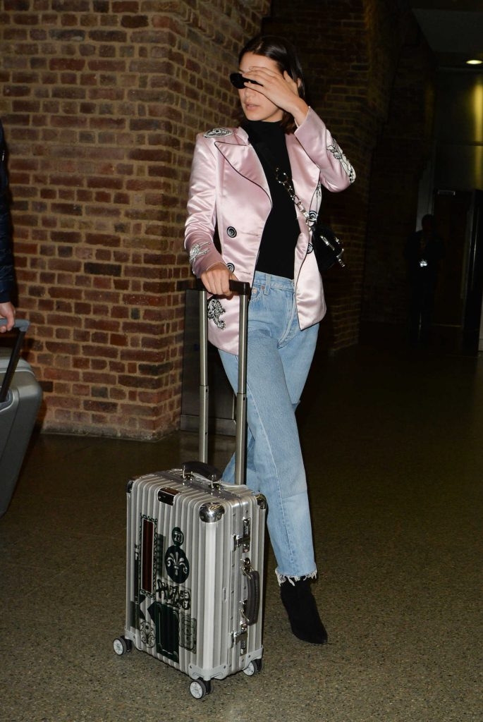 Bella Hadid Arrives at St Pancras Station in London-4