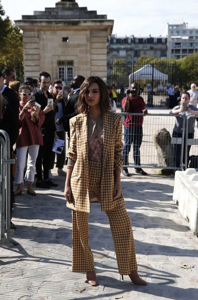 Emily Ratajkowski Arrives at the Nina Ricci Fashion Show During Paris Fashion Week-2