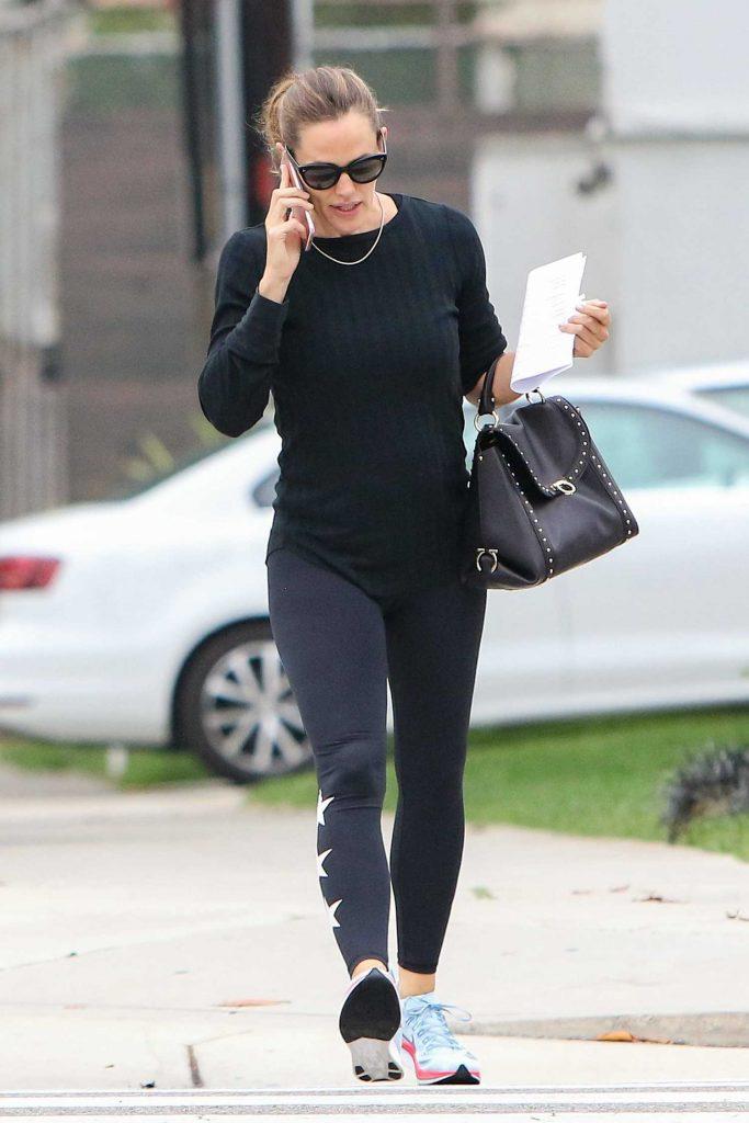Jennifer Garner Walks and Talks on the Phone in Los Angeles-1