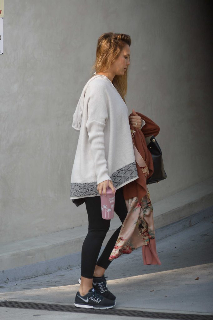 Jessica Alba Was Spotted Out in Los Angeles-2