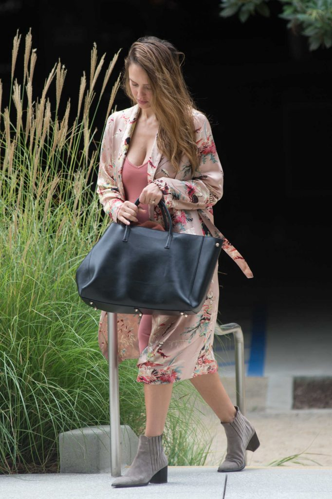 Jessica Alba Was Spotted Out in Los Angeles-5