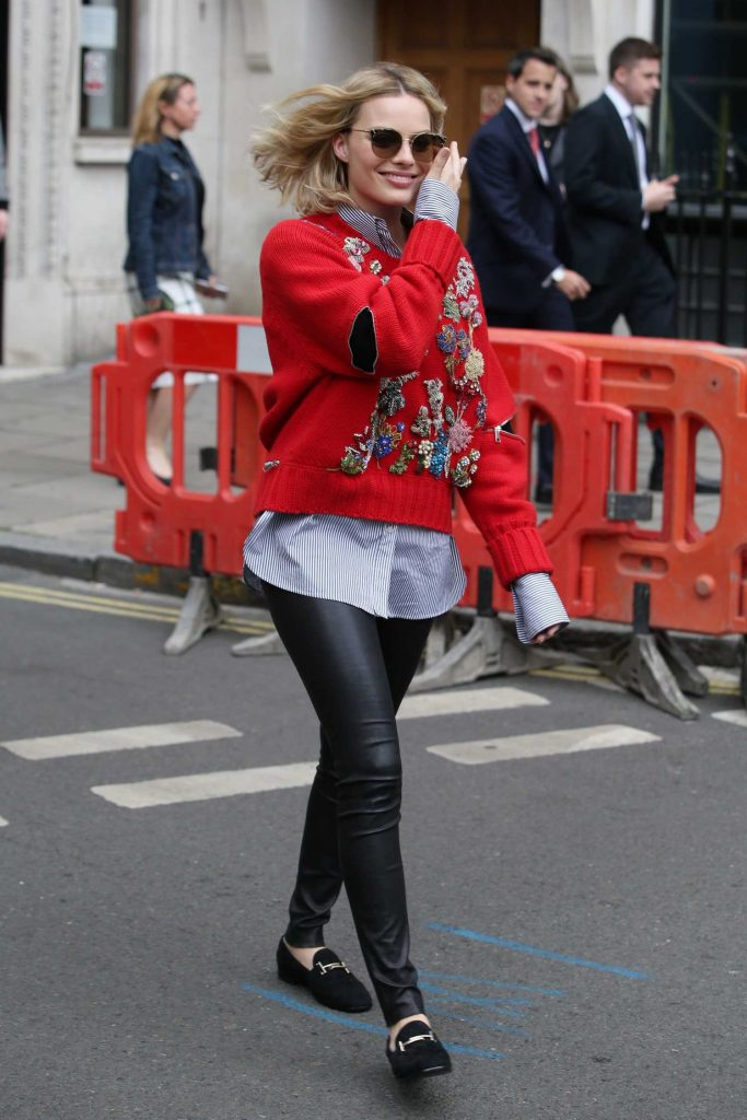 Margot Robbie Arrives at the KISS 100fm Studios in London-2