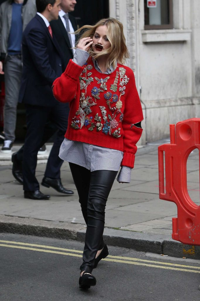 Margot Robbie Arrives at the KISS 100fm Studios in London-4