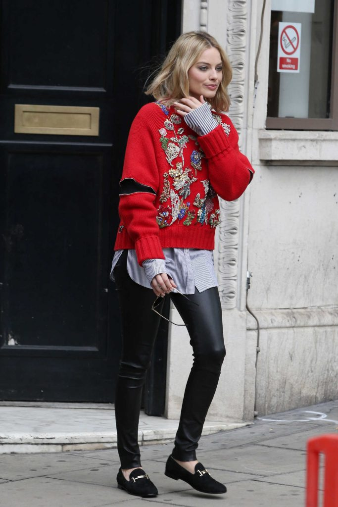 Margot Robbie Arrives at the KISS 100fm Studios in London-5