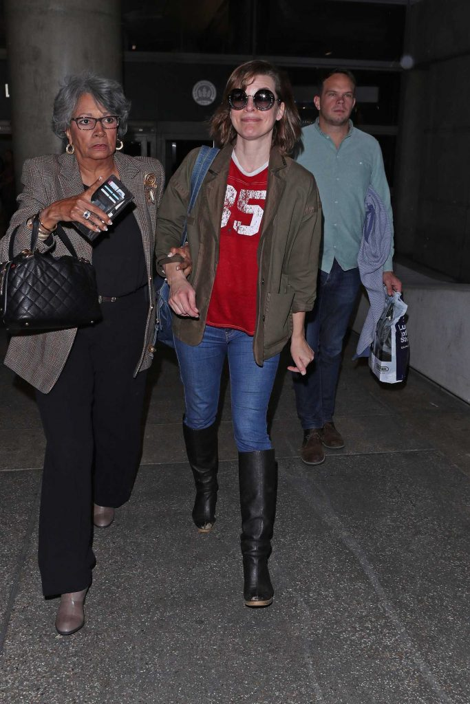 Milla Jovovich Arrives at LAX Airport in Los Angeles-2