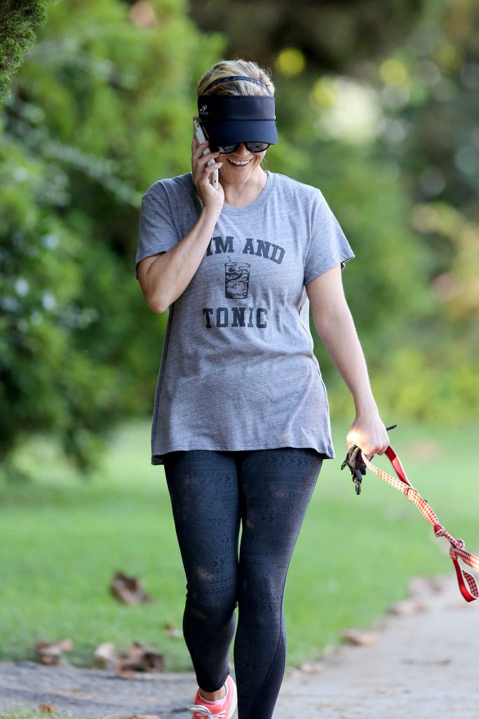 Reese Witherspoon Walkes Her Dog in Los Angeles 09/08/2017-3
