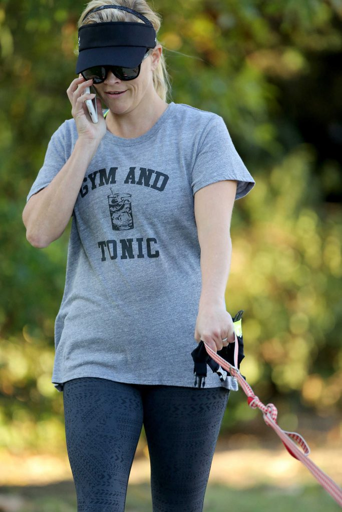 Reese Witherspoon Walkes Her Dog in Los Angeles 09/08/2017-4