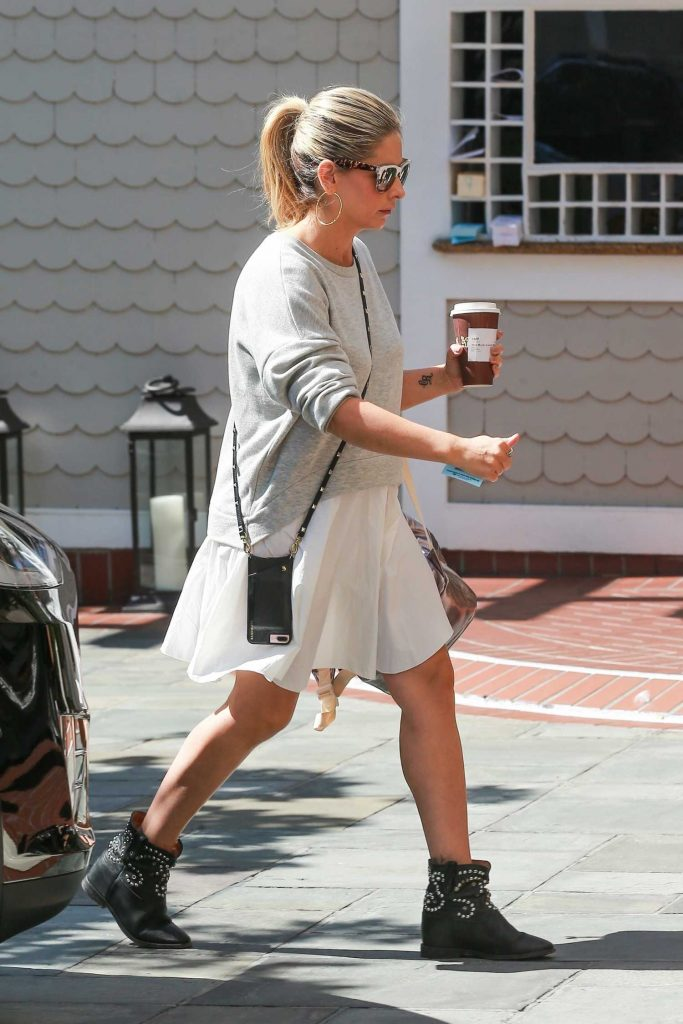 Sarah Michelle Gellar Grabs a Coffee Out in Santa Monica-1