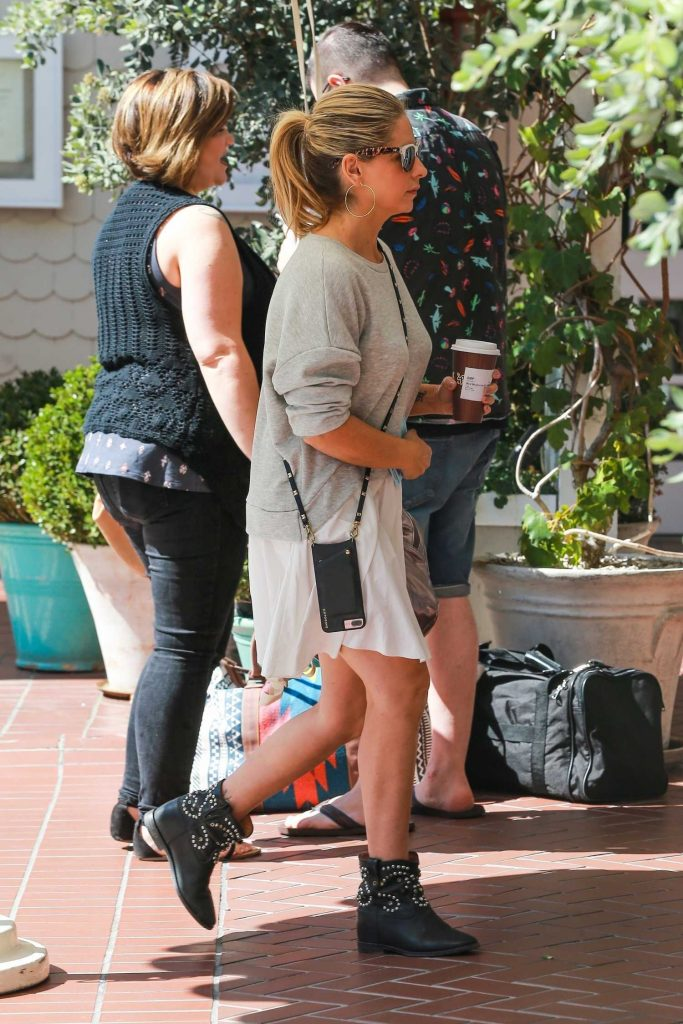 Sarah Michelle Gellar Grabs a Coffee Out in Santa Monica-3