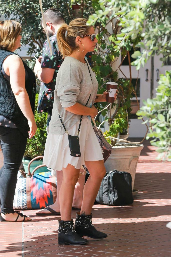 Sarah Michelle Gellar Grabs a Coffee Out in Santa Monica-4