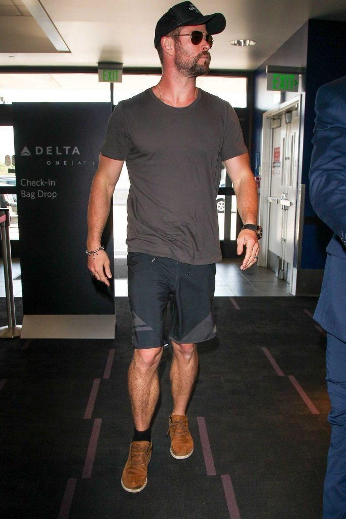 Chris Hemsworth Was Seen at LAX Airport in Los Angeles-2
