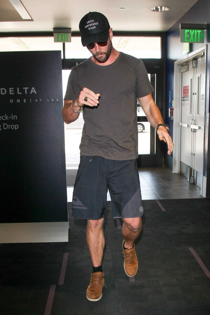 Chris Hemsworth Was Seen at LAX Airport in Los Angeles-3