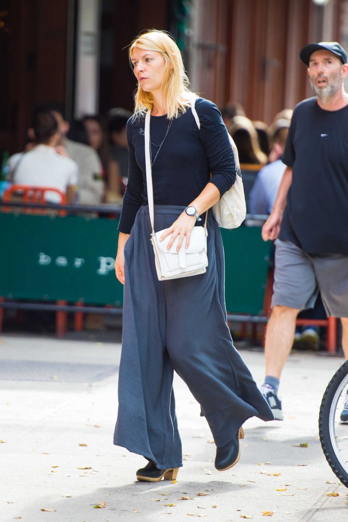 Claire Danes Walks Around SoHo in NYC-2