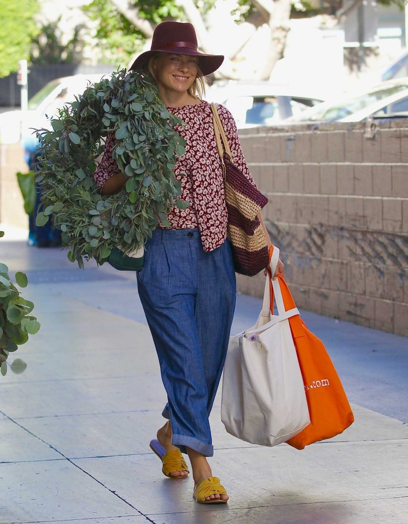 Ali Larter Grabs a Large Christmas Wreath at the Santa Monica Farmers Market-2